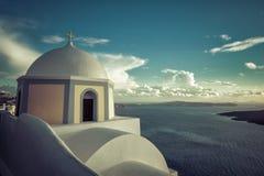 Église traditionnelle sur la falaise dans Thira, île de Santorini Photo stock