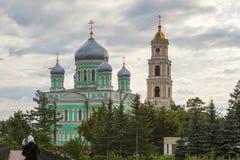 Église Trinity et tour de Bell saintes de Troitsky Serafimo-Diveyevs photo stock