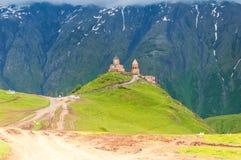 Église Trinity ou Tsminda Sameba - église Trinity sainte de Gergeti près de village de Gergeti en Géorgie Images libres de droits