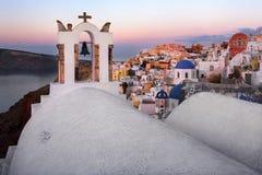 Églises blanches de village d'Oia pendant le matin, Santorini, Grèce Image stock