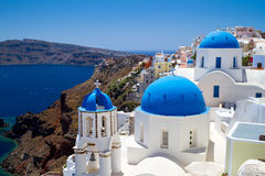 Églises bleues de village d'Oia sur Santorini Photo libre de droits