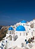 Églises célèbres de Santorini verticales Images stock