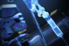Égouttement d'Iv dans la salle d'opération Image libre de droits