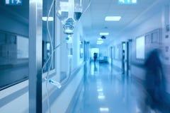 Égouttement d'Iv dans le couloir d'hôpital photographie stock libre de droits