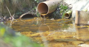 Égouttement de l'eau de drainage banque de vidéos