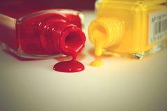 Égouttement du vernis à ongles rouge et jaune Photographie stock libre de droits