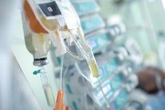 Égouttement intraveineux sur le fond du patient dans le lit photos stock