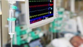 Égouttement IV avec le moniteur dans ICU banque de vidéos