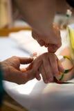 Égouttement sur la main de patients Photos libres de droits