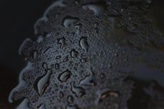 Égouttements de l'eau sur un caoutchouc noir photo libre de droits