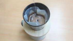Égouttez-vous en brassant, café filtré images stock