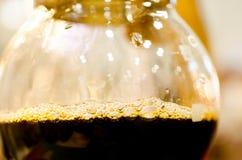Égoutture de café dans le pot Photographie stock libre de droits