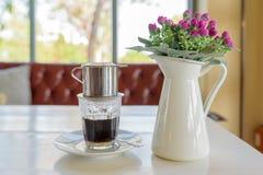 Égoutture de café dans le style vietnamien à un café Photo stock