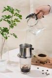 Égoutture de café dans le style vietnamien sur la table en bois Images libres de droits
