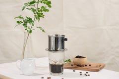 Égoutture de café dans le style vietnamien sur la table en bois Image stock