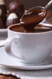 Égoutture de chocolat d'une cuillère dans un plan rapproché de tasse Photographie stock libre de droits