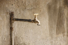 Égoutture de l'eau d'une vieille broche rouillée Photos stock