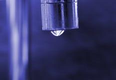 Égoutture de l'eau de la prise photographie stock libre de droits