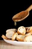 Égoutture de miel d'une cuillère en bois Photo libre de droits