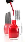 Égoutture de vernis à ongles dans une bouteille d'émail rouge Image libre de droits