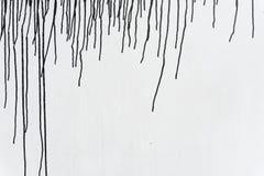 Égoutture noire de couleur sur le mur en bois blanc Photographie stock libre de droits