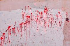 Égoutture rouge colorée de peinture sur un mur rose Texture grunge de fond images libres de droits