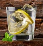 Égrenez le tonique, la vodka ou le rhum image stock