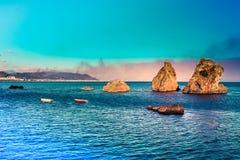 Égua do sul de Vietri - onde a costa de Amalfi começa Seascape pitoresco do verão com as 3 rochas na água e nas montanhas Italy imagem de stock