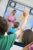 Élève d'école primaire posant la question photos libres de droits