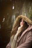 Élève de terminale caucasien dans le regard de penchement de manteau d'hiver vers le bas Photos libres de droits