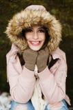 Élève de terminale caucasien souriant dans le manteau d'hiver Photo libre de droits