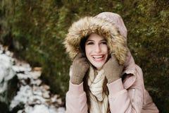 Élève de terminale caucasien souriant dans le manteau d'hiver Images libres de droits