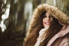 Élève de terminale caucasien souriant dans le manteau d'hiver Photos libres de droits