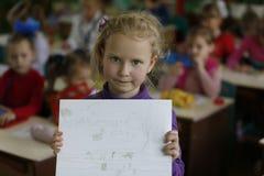 Élève du cours préparatoire d'enfant avec un dessin au crayon Photos libres de droits
