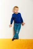 Élève du cours préparatoire d'enfant de garçon jouant à la maison Photographie stock libre de droits