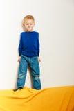 Élève du cours préparatoire d'enfant de garçon jouant à la maison Images libres de droits