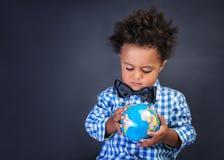 Élève du cours préparatoire heureux découvrant le monde Photos libres de droits