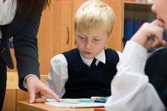 Élève et professeur à la leçon dans la salle de classe Images stock