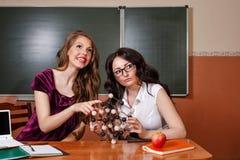 Élève et professeur dans la classe de chimie Photos stock
