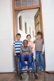 Élève handicapé avec ses amis dans la salle de classe Photos stock
