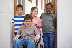 Élève handicapé avec ses amis dans la salle de classe Image stock