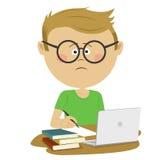 Élève malheureux de garçon de ballot avec des verres se reposant au bureau avec la pile de livres et de loptop Illustration Libre de Droits