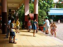 Élève primaire jouant à l'école primaire Photos stock