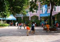 Élève primaire jouant à l'école primaire Images libres de droits