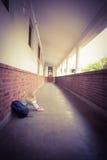Élève triste seul s'asseyant sur la terre photo stock