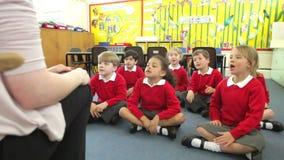 Élèves copiant les actions du professeur tout en chantant la chanson banque de vidéos