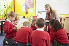 Élèves d'école primaire de Teaching Spelling To de professeur Photographie stock