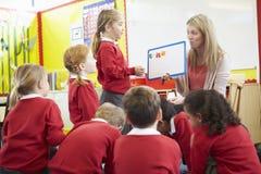 Élèves d'école primaire de Teaching Spelling To de professeur Image libre de droits