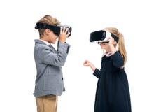 Élèves dans des casques de VR Photographie stock libre de droits