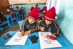 Élèves dans le cours d'anglais à l'école primaire Seulement 50% d'enfants au Népal peut atteindre la catégorie 5 Image libre de droits